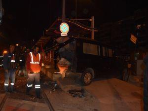 Çarpışan Araçlar Tramvay Durağına Girdi