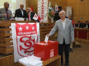 Sivasspor'da Başkanlığa Yeniden Mecnun Otyakmaz Seçildi