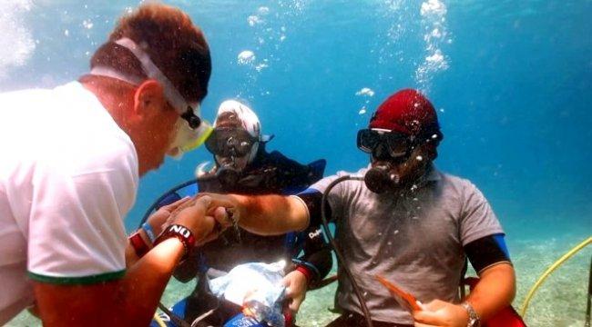 Dalgıçlar denizin 5 metre dibinde bayramlaştı