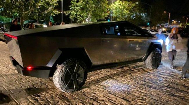 Elon Musk Cybertruck ile sokaklarda görüntülendi