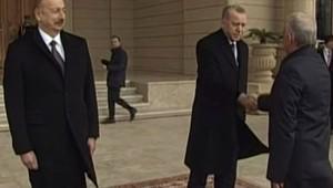 Azeri yetkilinin güçlü tokalaşması Erdoğan'ı şaşırttı