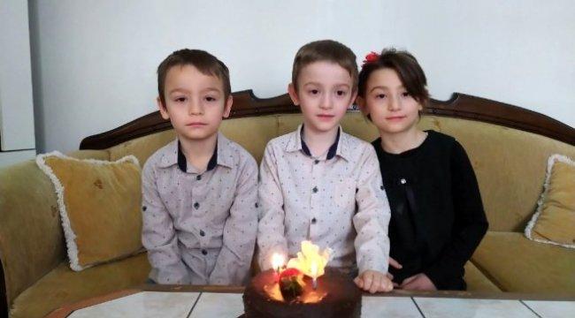 Üçüzler öğretmenlerinin doğum gününü kutladı