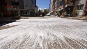 Caddeler köpüklü su ile yıkanıyor
