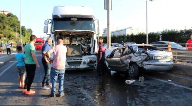 Hafriyat kamyonuna çarpan otomobildeki 3 kişi yaralandı
