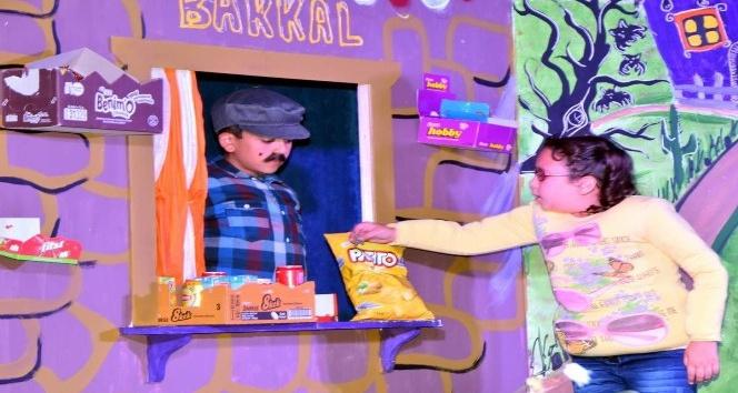 Aliağa Belediyesi Sanatevi, 'Abur Cubur Mahallesi' oyununu canlandırdı
